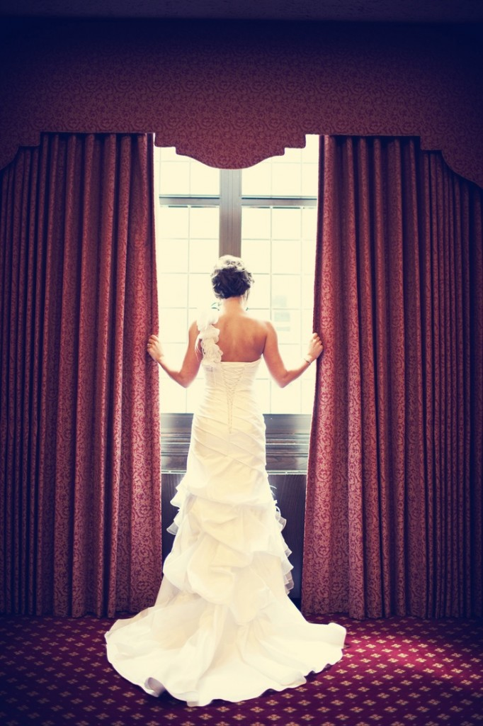 Monday Photo Must Have: Bride Looking Out The Window