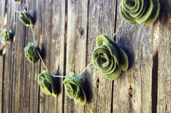 Loving this cute felt rose garland. This particular color really drew my eyes in! How beautiful would it be against wood like the photo for a photobooth backdrop? It would be great for rustic outdoor weddings!