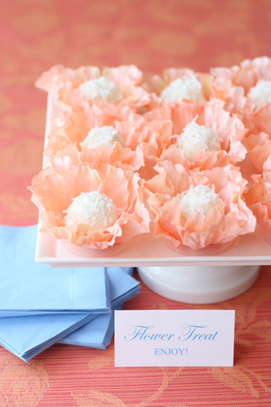 How deliciously pretty is this?! A diy dessert recipe for edible floral treats for your guests! Challenge accepted? Imagine those thin sugary layers melting in your mouth...