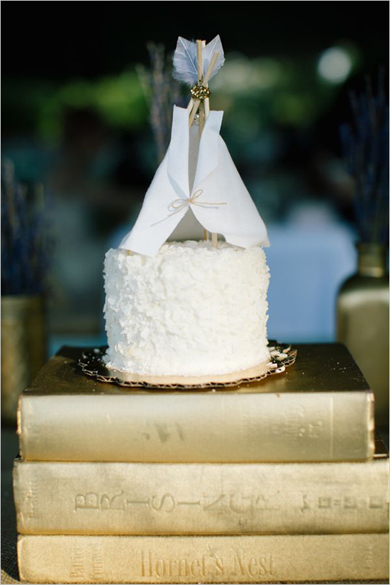 Inspiration: Gold Painted Book Decor // A great wedding decor idea - and a great diy project at that! Gold painted books can be used as decoration along your tables, as a part of your centerpieces, or to levitate your cake like in this photo! Gather your favorite books that hold meaning to you and spray paint the covers in gold! Pretty!