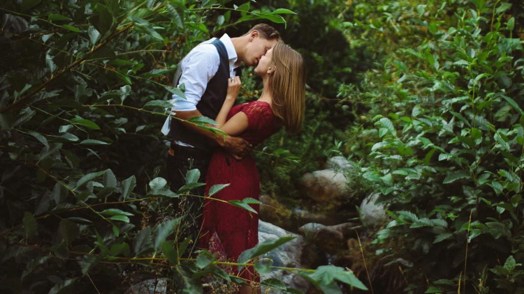 Natural Minimalistic Engagement Photo Session